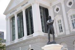 Sir Stamford Raffles statuę przy Singapur Wiktoria Memorial Hall obrazy stock