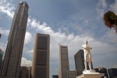 Sir Thomas Raffles och skyskraporna, Singapore Royaltyfria Bilder