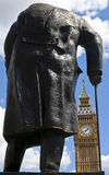 Sir Winston Churchill Statue och Big Ben i London Arkivbild