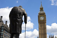 Sir Winston Churchill Statue och Big Ben i London Arkivfoton