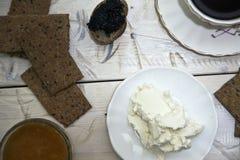 Sir y naranja dulce, mermelada hecha en casa en una tabla blanca Desayuno sano foto de archivo