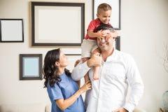 Sira de mãe à coberta brincalhão de observação do menino para genar em casa os olhos do ` s imagens de stock royalty free