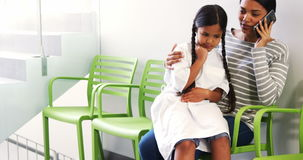 Sira de mãe à fala no telefone celular quando a menina se sentar em seu regaço vídeos de arquivo