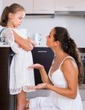 Sira de mãe à filha shaming para o mau comportamento no interior doméstico fotos de stock royalty free