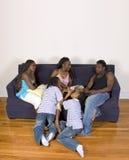 Sira de mãe à leitura a seus miúdos Fotos de Stock
