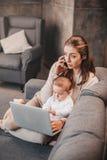 Sira de mãe à liga do cuidado do ` s da criança e do funcionamento remoto em casa fotografia de stock royalty free