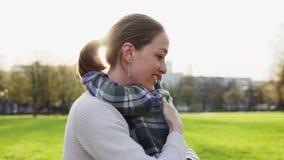 Sira de mãe a abraços e afague delicadamente sua criança pequena no por do sol no parque filme