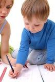 Sira de mãe ajudam seu filho com desenho. foto de stock royalty free