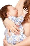 Mãe que alimenta seu bebê com peito Fotografia de Stock Royalty Free