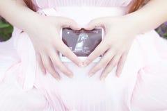 Sira de mãe ao cartão com chupeta e gravidez da imagem do ultrassom Imagem de Stock