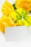 Sira de mãe ao dia do ` s, ao ` s do Valentim ou ao conceito do aniversário Presente, rosas e cartão vazio Foto de Stock