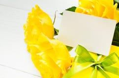Sira de mãe ao dia do ` s, ao ` s do Valentim ou ao conceito do aniversário Presente, rosas e cartão vazio Fotografia de Stock Royalty Free