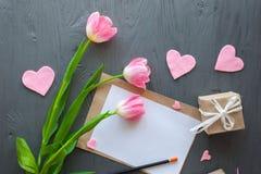 Sira de mãe ao dia do ` s, dia do ` s da mulher as tulipas rotulam no fundo de madeira Fotografia de Stock Royalty Free