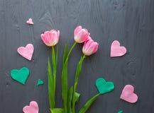 Sira de mãe ao dia do ` s, dia do ` s da mulher Tulipas cor-de-rosa no fundo de madeira Fotografia de Stock Royalty Free