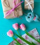 Sira de mãe ao dia do ` s, dia do ` s da mulher tulipas e presentes no fundo de madeira Fotografia de Stock