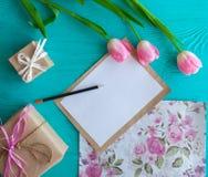 Sira de mãe ao dia do ` s, dia do ` s da mulher tulipas, letra e presentes no fundo de madeira Imagem de Stock Royalty Free