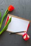 Sira de mãe ao dia do ` s, dia do ` s da mulher tulipas, letra e presentes no fundo de madeira Fotografia de Stock