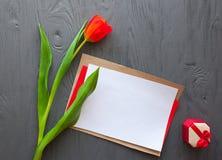 Sira de mãe ao dia do ` s, dia do ` s da mulher tulipas, letra e presentes vermelhos no fundo de madeira Imagens de Stock Royalty Free