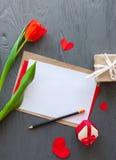 Sira de mãe ao dia do ` s, dia do ` s da mulher tulipas, letra e presentes vermelhos no fundo de madeira Imagem de Stock Royalty Free