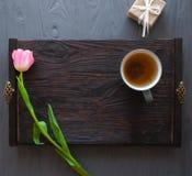 Sira de mãe ao dia do ` s, dia do ` s da mulher tulipas, presentes, chá e doces no fundo de madeira Imagem de Stock Royalty Free