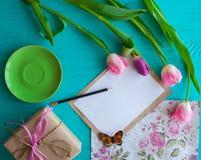 Sira de mãe ao dia do ` s, dia do ` s da mulher tulipas, presentes e letra no fundo de madeira Fotos de Stock