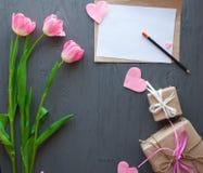 Sira de mãe ao dia do ` s, dia do ` s da mulher tulipas, presentes e letra no fundo de madeira Foto de Stock Royalty Free
