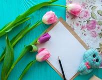 Sira de mãe ao dia do ` s, dia do ` s da mulher tulipas, presentes e letra no fundo de madeira Fotografia de Stock