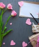 Sira de mãe ao dia do ` s, dia do ` s da mulher tulipas, presentes e letra no fundo de madeira Imagens de Stock