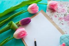 Sira de mãe ao dia do ` s, dia do ` s da mulher tulipas, presentes e letra no fundo de madeira Imagem de Stock Royalty Free