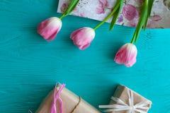Sira de mãe ao dia do ` s, dia do ` s da mulher tulipas, presentes no fundo de madeira Imagem de Stock