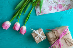 Sira de mãe ao dia do ` s, dia do ` s da mulher tulipas, presentes no fundo de madeira Foto de Stock