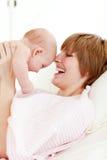 Sira de mãe ao jogo com seu bebê recém-nascido foto de stock royalty free