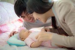 Sira de mãe ao pai e o bebê que jogam junto, a família e o conceito do bebê imagem de stock