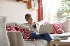Mãe no computador portátil Foto de Stock