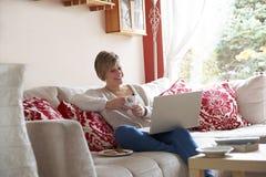 Mãe no computador portátil Fotografia de Stock Royalty Free