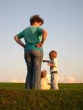Sira de mãe com pôr-do-sol do prado das crianças Imagens de Stock Royalty Free