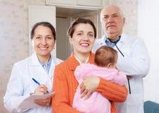 Sira de mãe com três meses de bebê e doutores Foto de Stock
