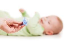 Sira de mãe a dar a chupeta do soother ao bebê recém-nascido de sono pequeno c foto de stock