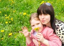 Sira de mãe e a filha em um prado verde Imagem de Stock Royalty Free