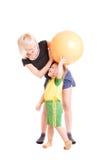 Sira de mãe e seu filho com uma esfera da aptidão em seu ha Foto de Stock