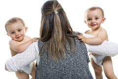 Sira de mãe e seus gêmeos fraternos do menino isolados no branco imagem de stock