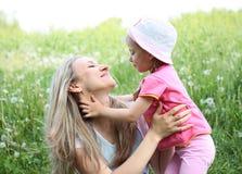 Sira de mãe e sua filha no parque no dia ensolarado Imagem de Stock