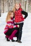 Sira de mãe e sua filha no parque no inverno Imagem de Stock Royalty Free