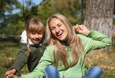 Sira de mãe e sua menina da criança em campos do outono Foto de Stock Royalty Free