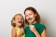 Sira de mãe e sua menina da filha da criança com os acessórios de papel imagem de stock