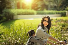 Sira de mãe e uma bicicleta de ciclagem da filha no parque Imagem de Stock Royalty Free