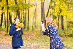 Sira de mãe a fazer fotos de sua criança da filha exteriores fotos de stock