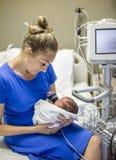 Sira de mãe a guardar seu bebê prematuro recém-nascido no hospital foto de stock royalty free