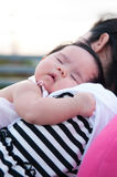 Sira de mãe a guardar seu bebê recém-nascido no vestido 'sexy' quando estava dormindo O bebê está dormindo em seu ombro da mãe no Fotos de Stock Royalty Free