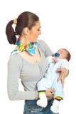 Sira de mãe a olhar seu bebê de sono Fotos de Stock